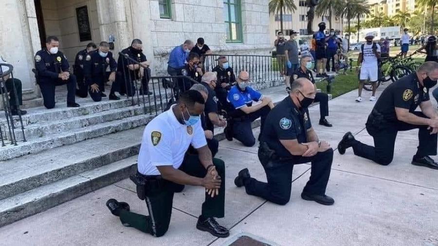 Policías y manifestantes en Miami se arrodillan y rezan juntos por George Floyd