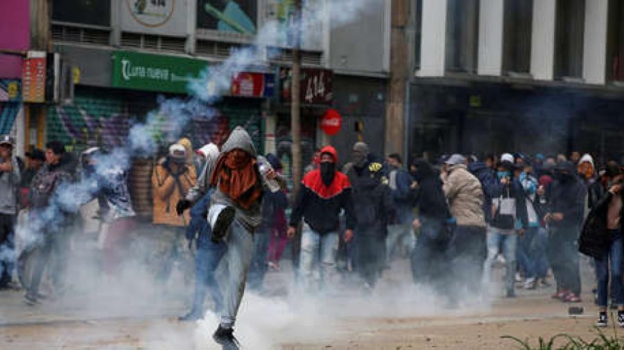Tras disturbios, anuncian toque de queda en Bogotá