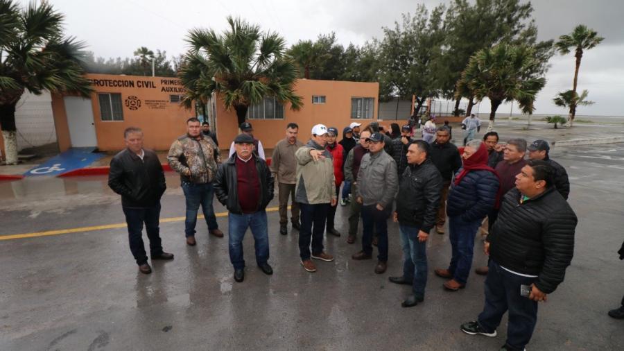 Frío y lluvia no detienen a Mario López; supervisa instalaciones de Playa Bagdad