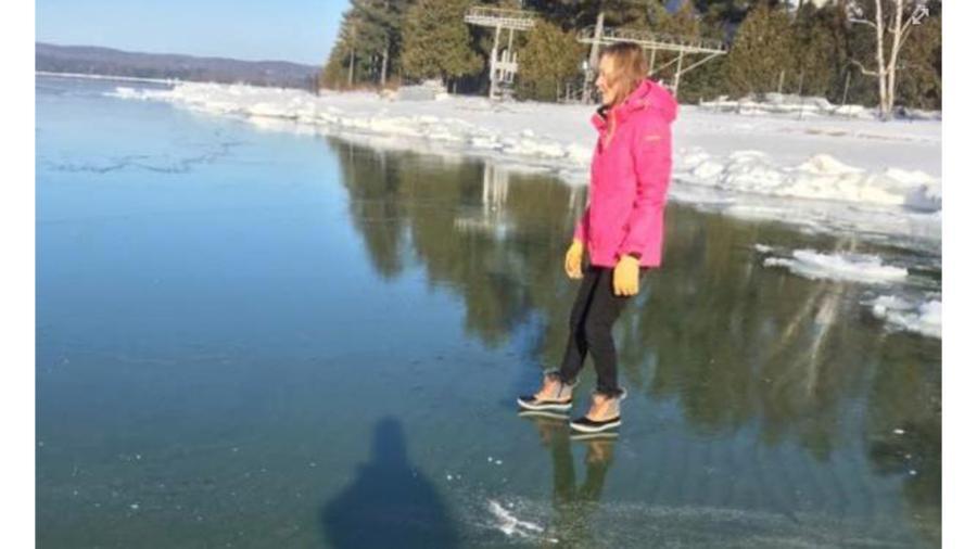 Debido a fenómeno natural, ¡camina sobre el agua!