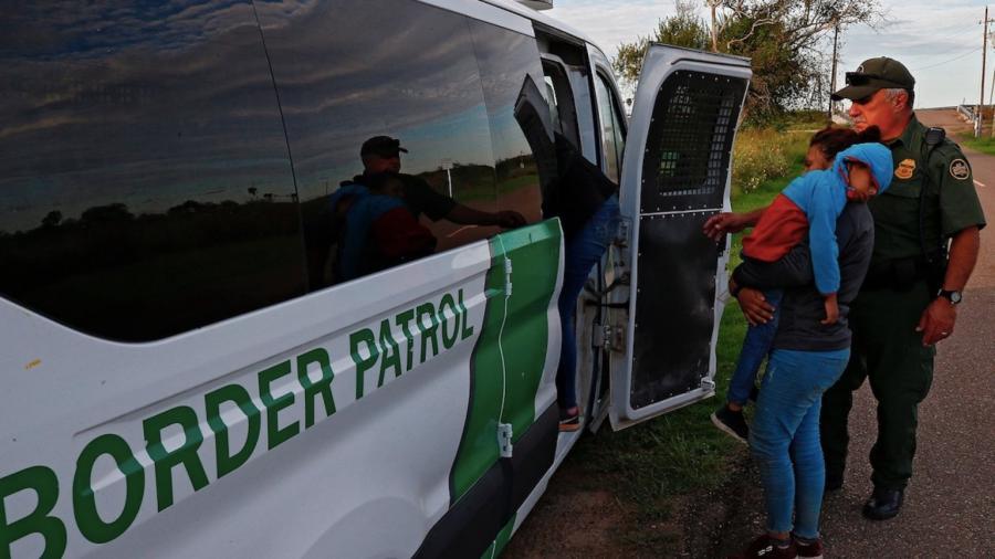 Migrantes detenidos en EU podrían ser vacunados contra el COVID-19