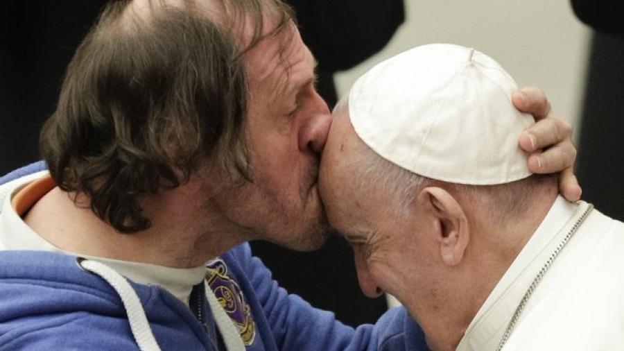 Hombre besa al Papa en la frente