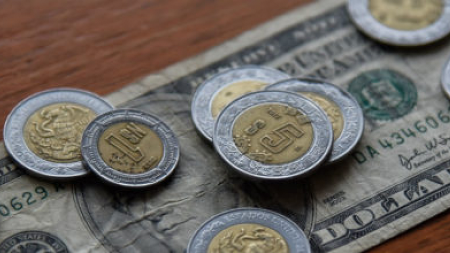 El dólar se cotiza a la venta en 19. 69  pesos en el AICM