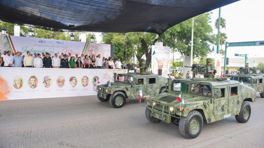 Disfrutan neolaredenses desfile por el 209 Aniversario del Inicio de la Independencia