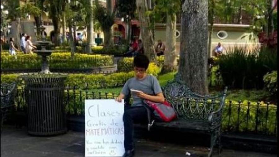 Joven ofrece clases gratuitas de 'mate' en un parque