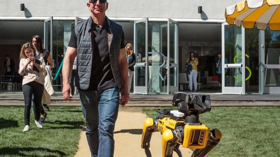 Dueño de Amazon pasea con su perro robot