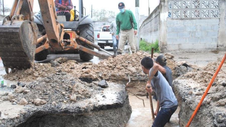 Repara COMAPA fuga de agua en zona Centro