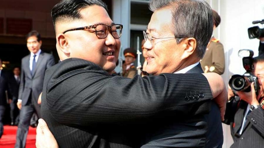 Kim Jong-Un y Moon Jae-in sostienen sorpresiva reunión