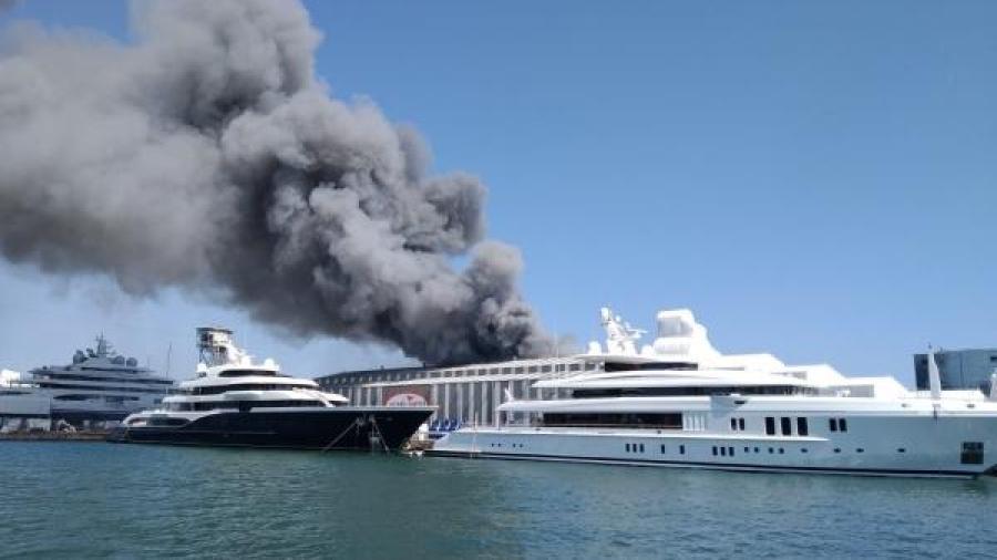 Arde una nave de reparación de barcos en el Puerto de Barcelona