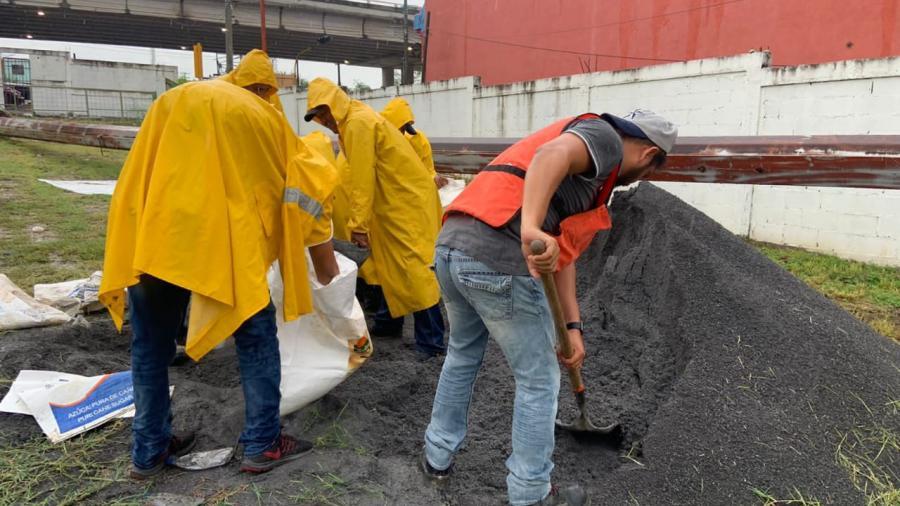 Entregan sacos de arena a familias afectadas por las lluvias