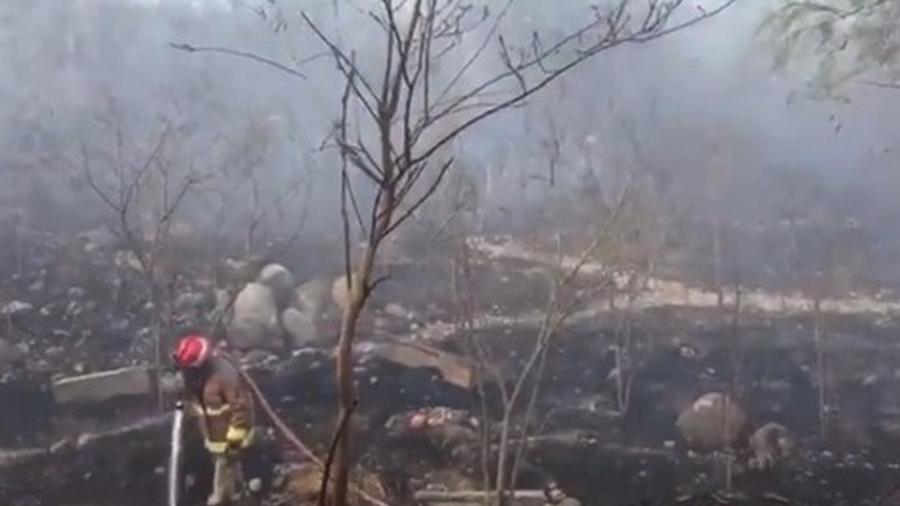 Registran fuerte incendio en el río Santa Catarina en NL