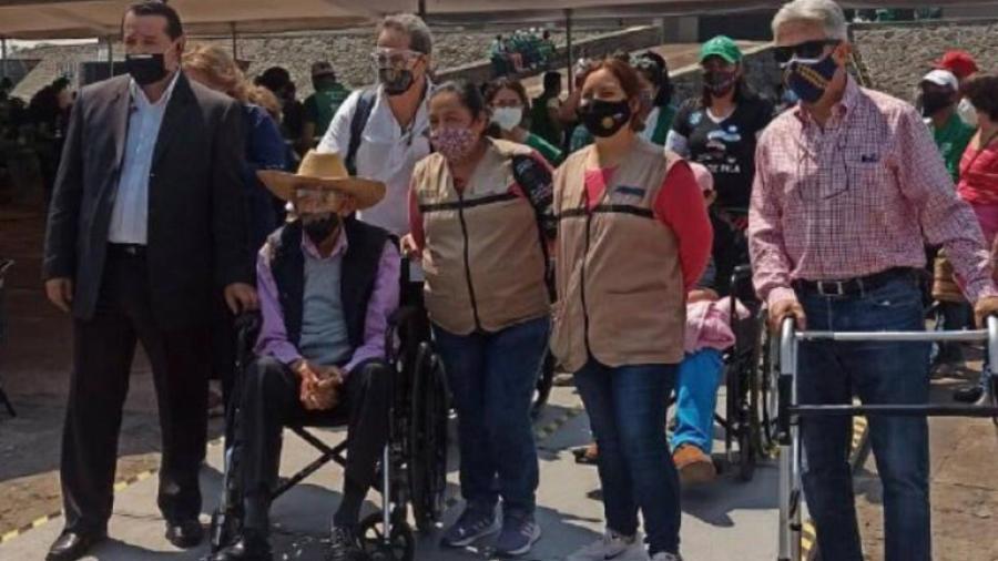 El expresidente Luis Echeverría se vacuna contra el COVID-19