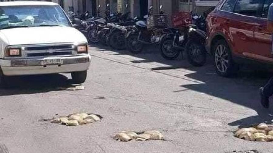 Tapan baches con cocos en las calles de Nayarit