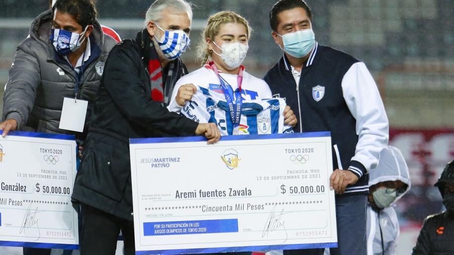 Denuncia Aremi Fuentes que cheque entregado por Bonilla sólo fue para la foto