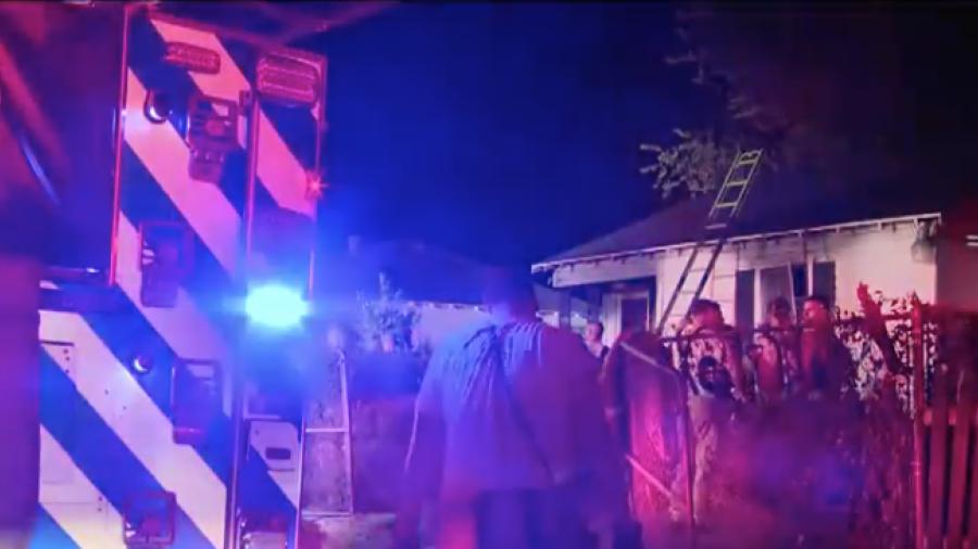 Mujer de la tercera edad es rescatada de su casa en llamas en Fort Worth