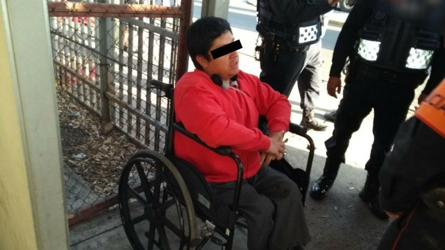 Discapacitado ataca a policía