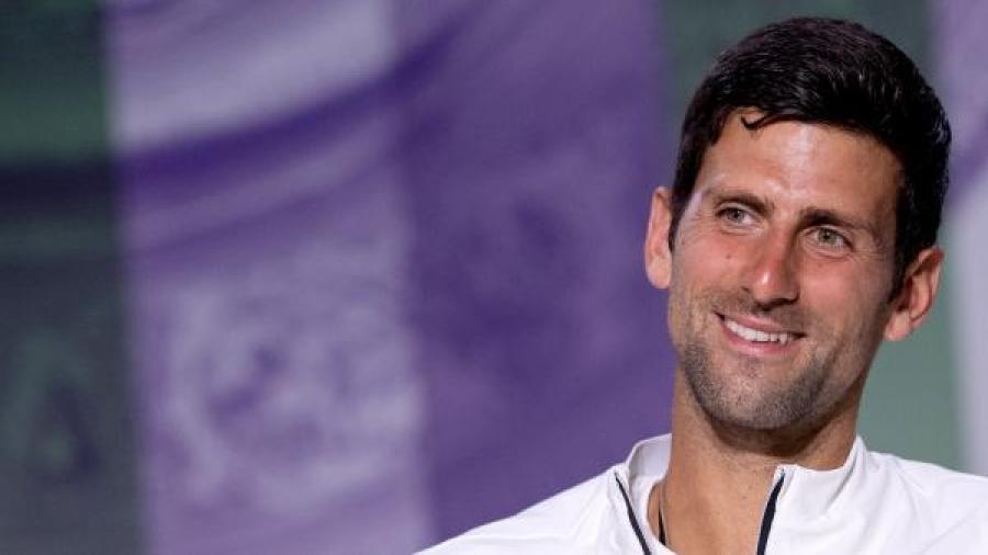 """Periodista hace cantar """"La vaca Lola"""" a Djokovic"""