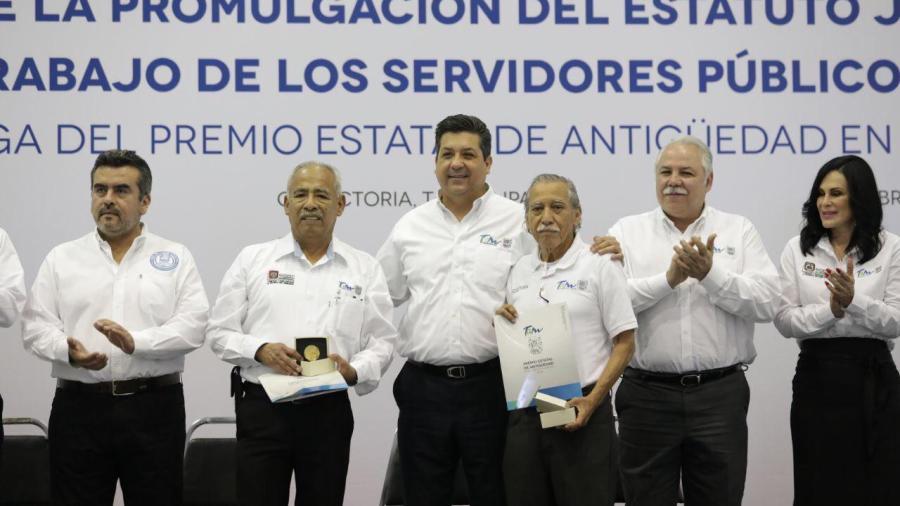 Reciben burócratas premio por antigüedad y aumento de sueldo