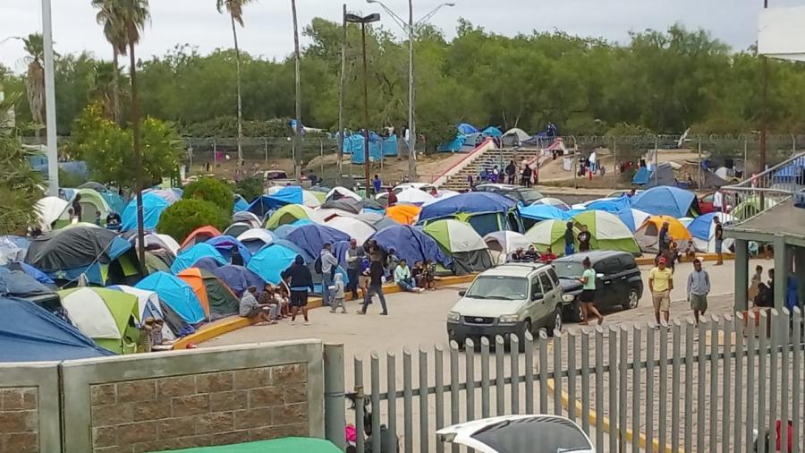 Detectan alcohol, drogas y prostitución en campamento de migrantes en Matamoros