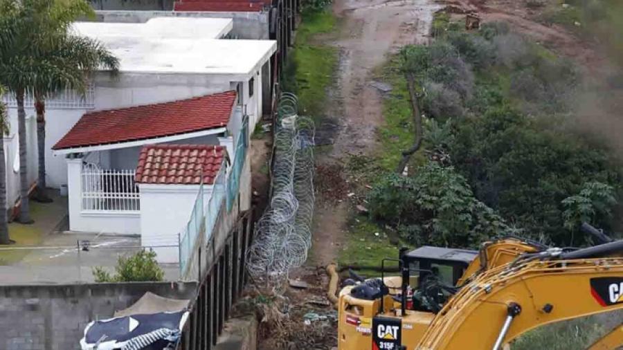 EU reemplaza otro tramo de valla fronteriza en San Diego