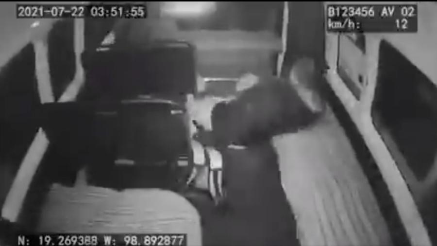 Chofer evita asalto de combi provocando que delincuentes 'salgan volando'