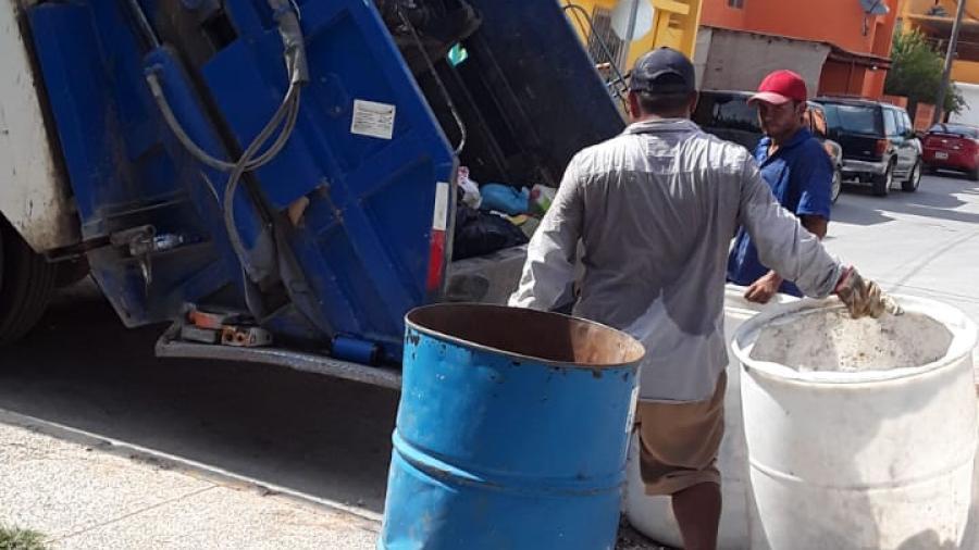 Camiones recolectan basura en el Sector Sur este martes 16