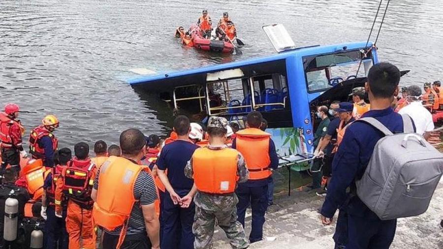 Al menos 21 muertos y 15 heridos al caer un autobús con estudiantes a un embalse en China