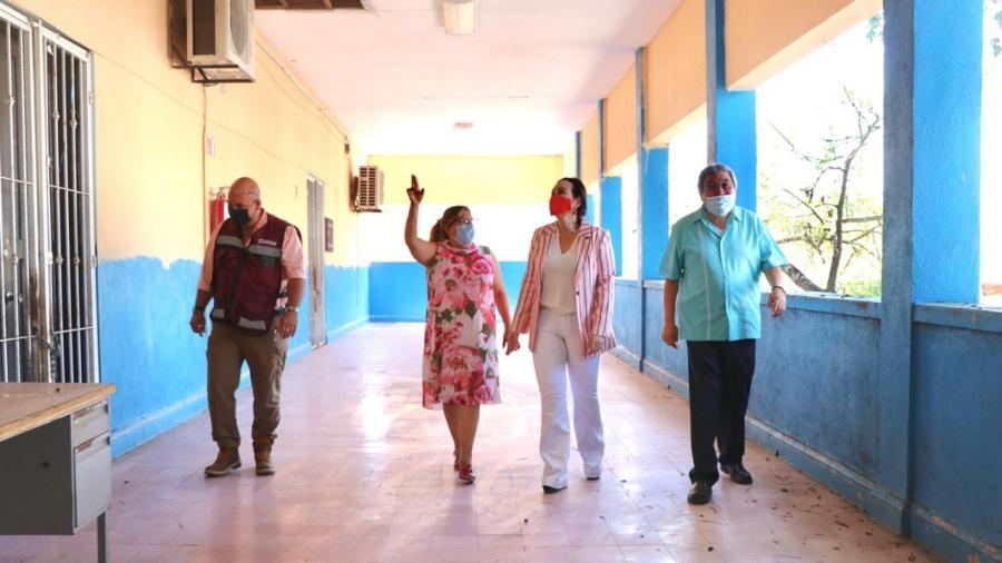 Carmen Lilia Canturosas beneficia a 100 escuelas con campaña de limpieza