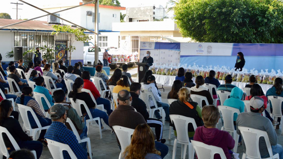 Distribuye Alma Laura Amparán más de 9 mil paquetes alimenticios