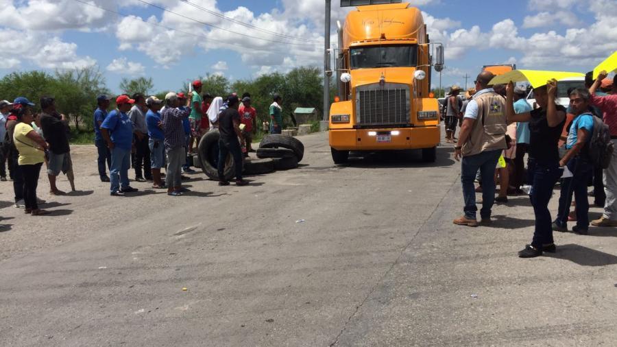 Bloquean pescadores carretera Matamoros-Victoria