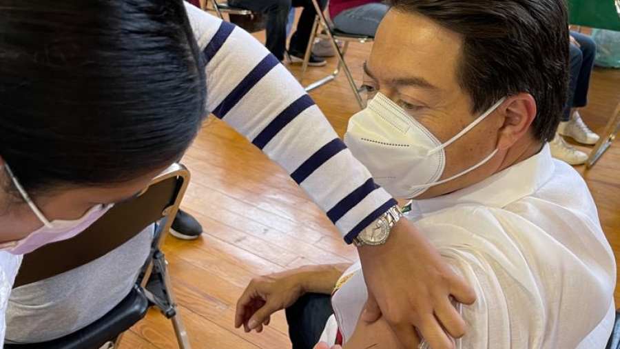 Mario Delgado se vacuna contra el COVID-19