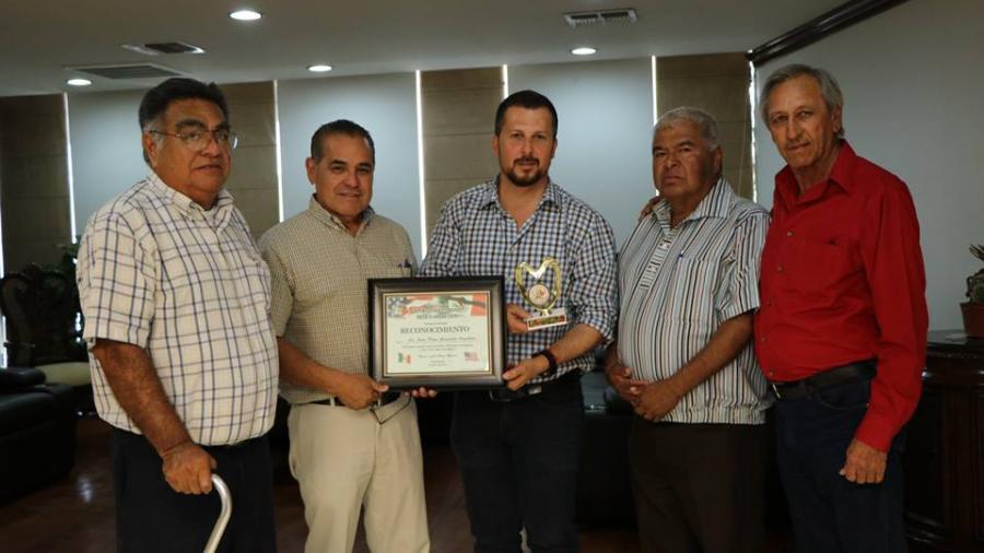 Dan reconocimiento y medalla a alcalde