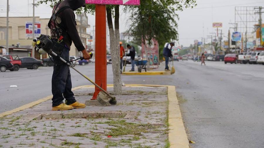 Limpian avenida de la ciudad