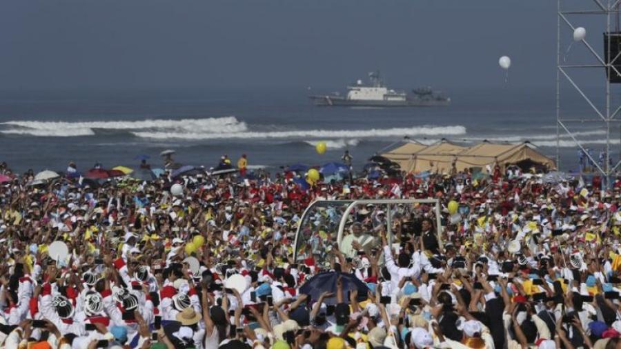 Fieles se reúnen para visita del papa en Perú
