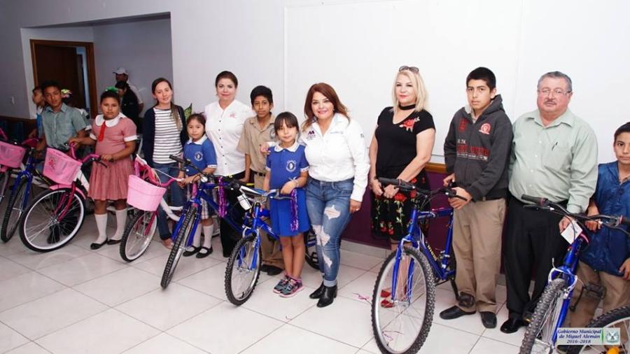 Entregan bicicletas a alumnos de primaria