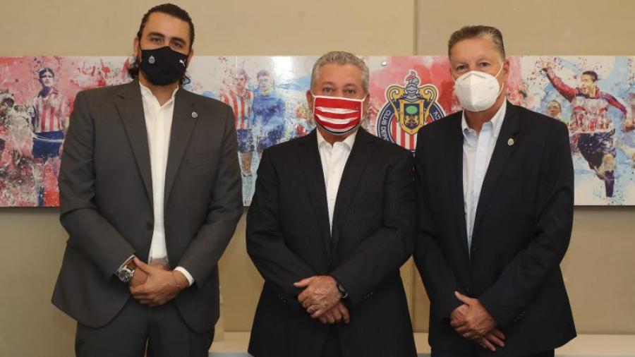 Presenta Chivas a Víctor Manuel Vucetich como su nuevo DT