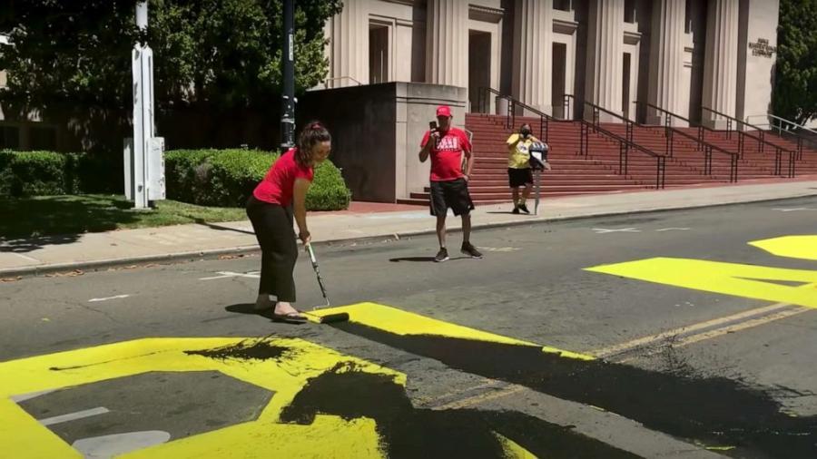 Pareja en California es arrestada por vandalizar un mural BLM