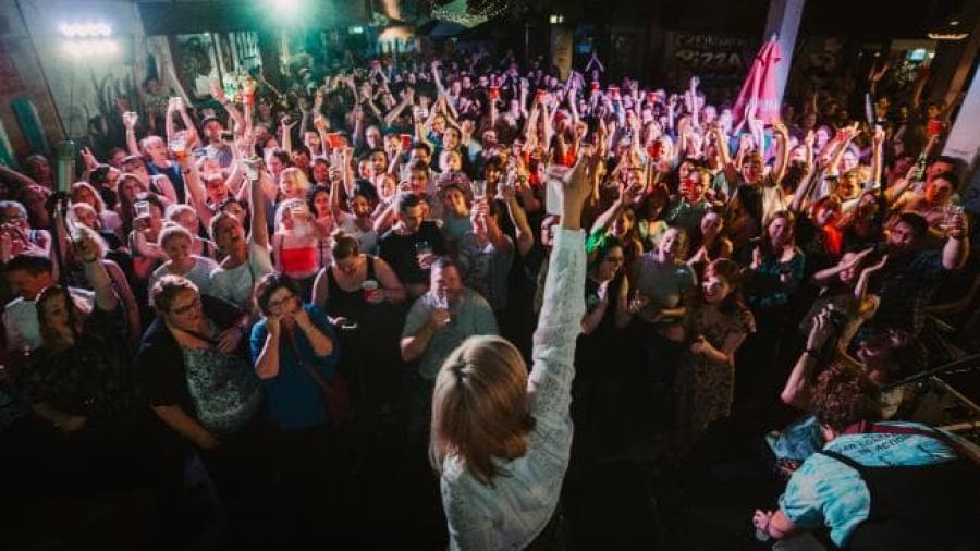 """Así suenan 1500 personas cantando """"I want it that way"""""""