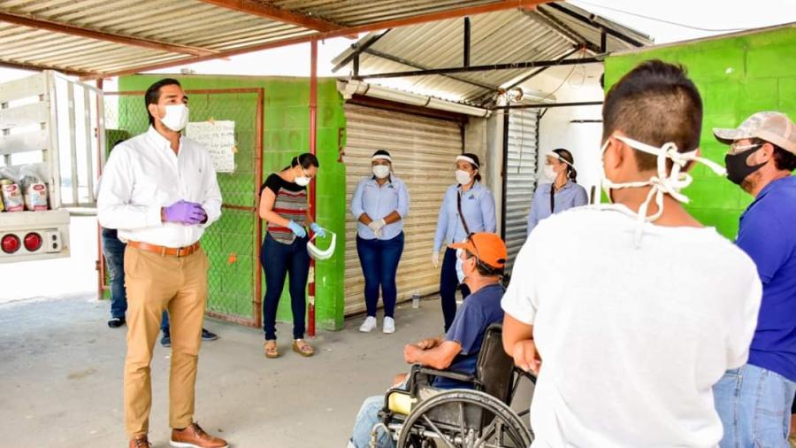 Voluntariado DIF entrega despensas alimenticias a locatarios del tianguis de la colonia La Joya