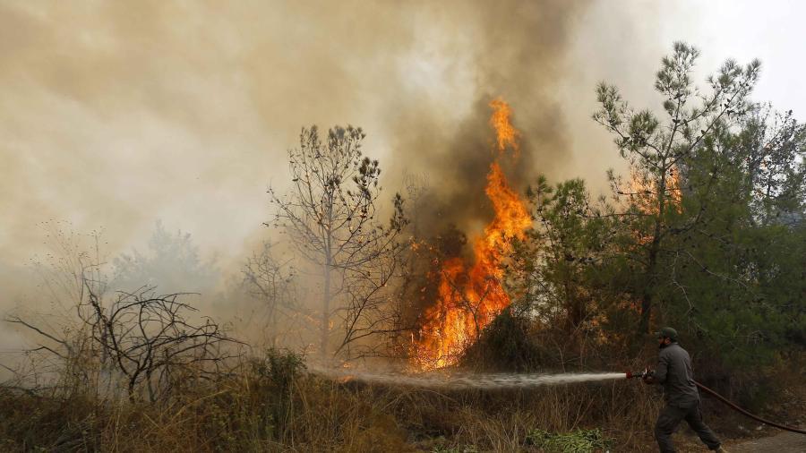 Un muerto y 18 heridos tras incendios forestales en Líbano