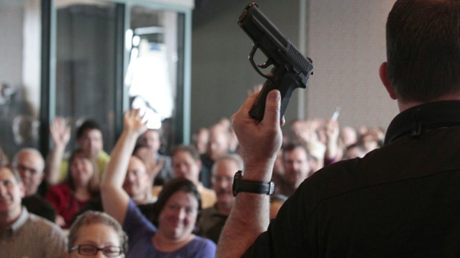 Escuelas en Texas contarán con profesores armados
