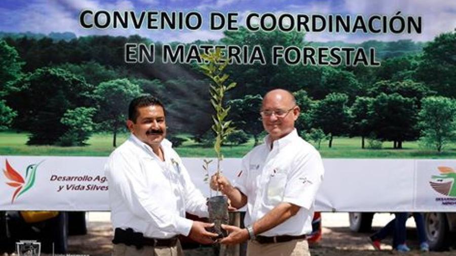 Alcalde de Valle Hermoso firma convenio con la Conafor