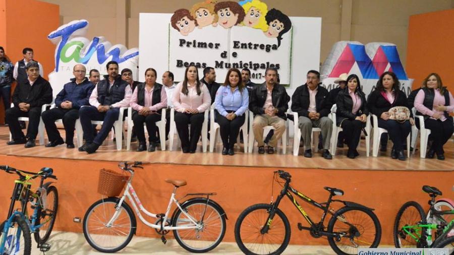 """Alcaldesa de Miguel Alemán entrega becas """"Cuenta Conmigo"""""""