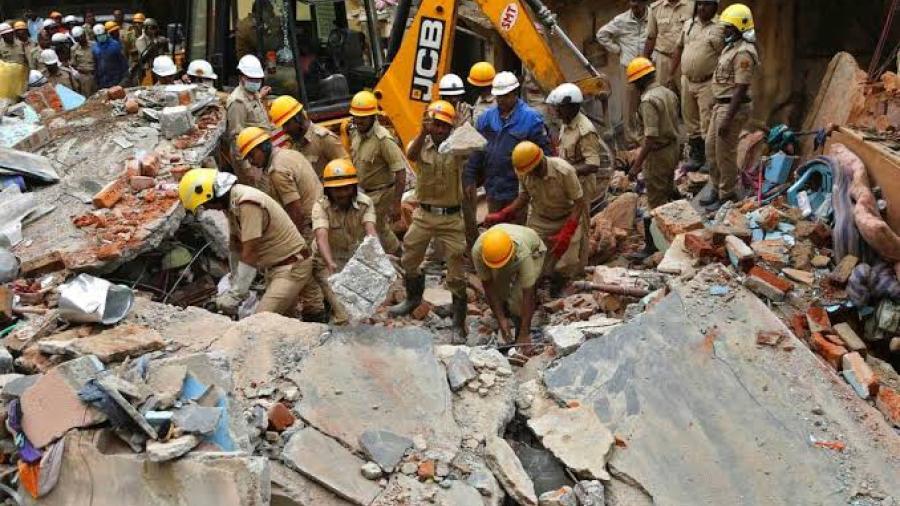 Mueren siete personas tras derrumbe de edificio en India