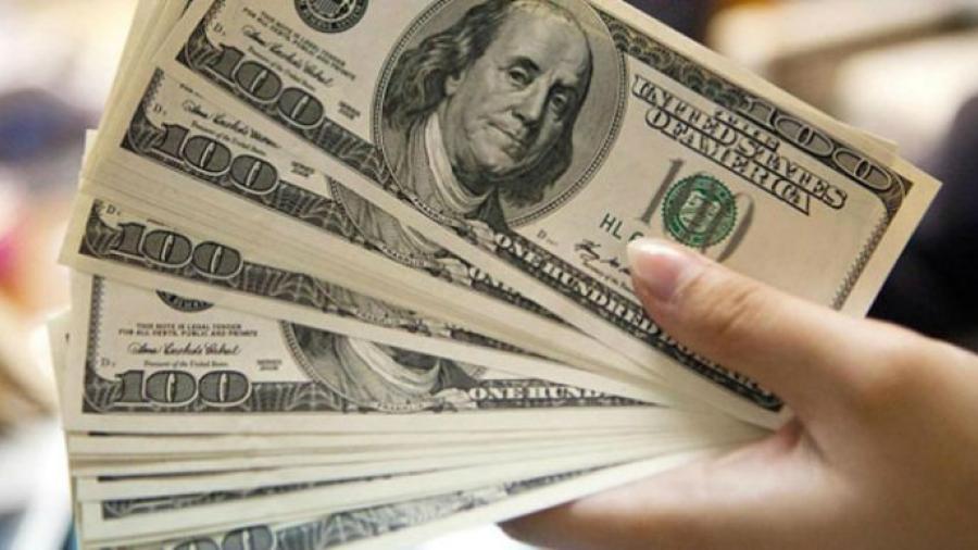 Dólar a la venta en 18.97 pesos en el AICM