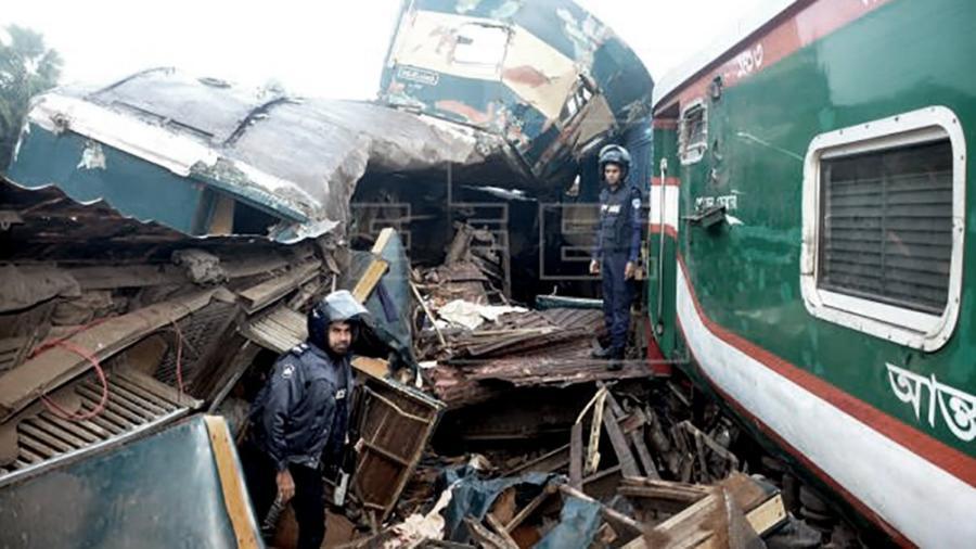 Al menos 16 muertos y varios heridos por choque de trenes en Bangladesh