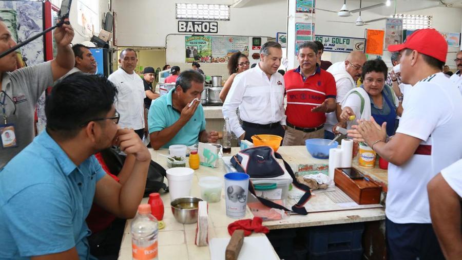 Escucha Adrián Oseguera a Locatarios del Mercado Gastronómico