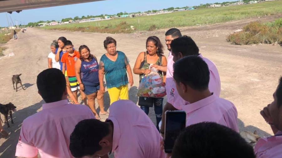 Entregan despensas alumnos del TEC Matamoros