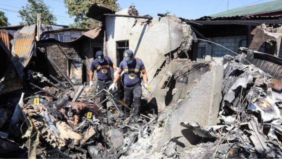 Deja al menos 10 muertos desplome de avioneta sobre una casa en Filipinas