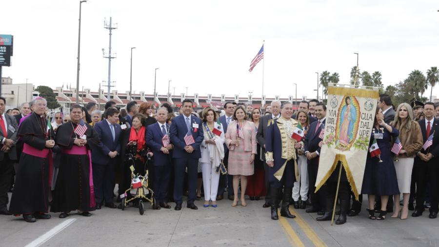 Abrazo de hermanad en el puente internacional Juárez-Lincoln
